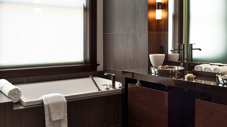 The Joule Deluxe Suite Bathroom of East Tower